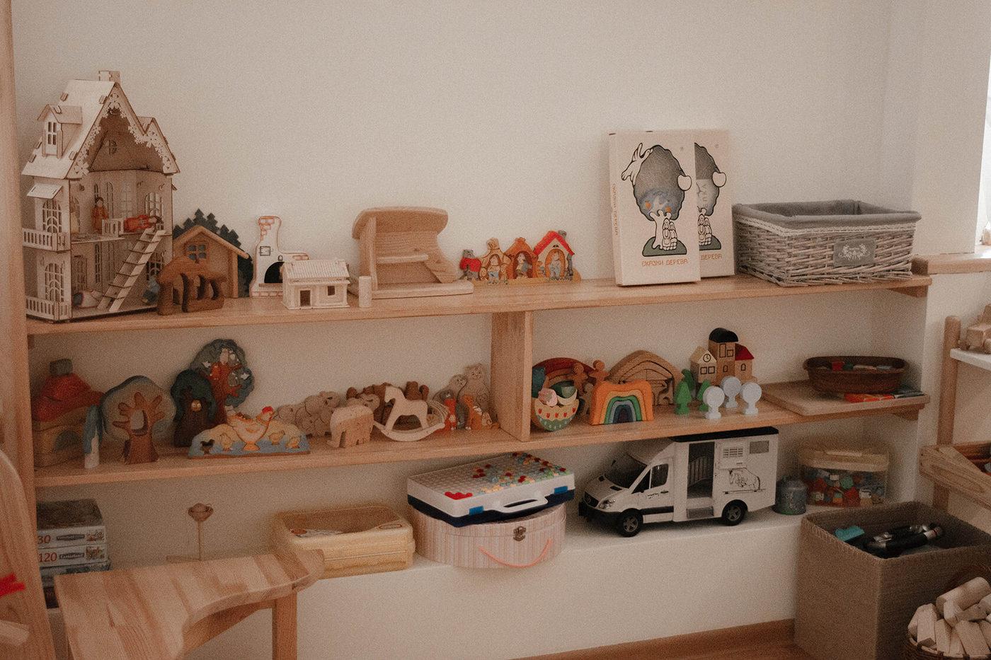 Игрушки выполнены из дерева и натуральных материалов