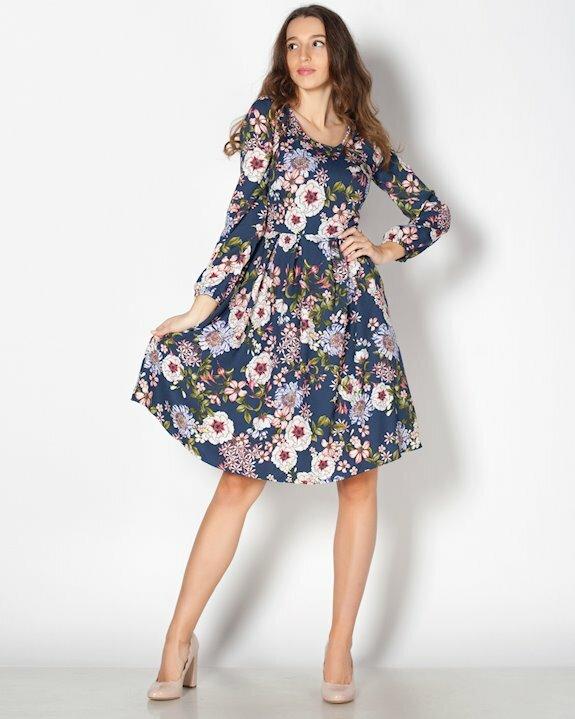 Тъмносиня рокля от шифон на пъстри цветя.