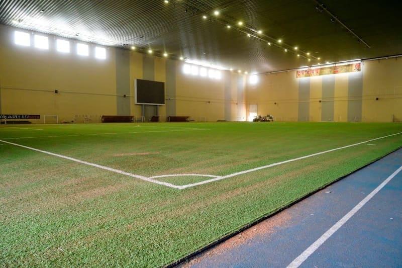 В манеже «Футбол-Арена Енисей» началась реконструкция футбольного поля.