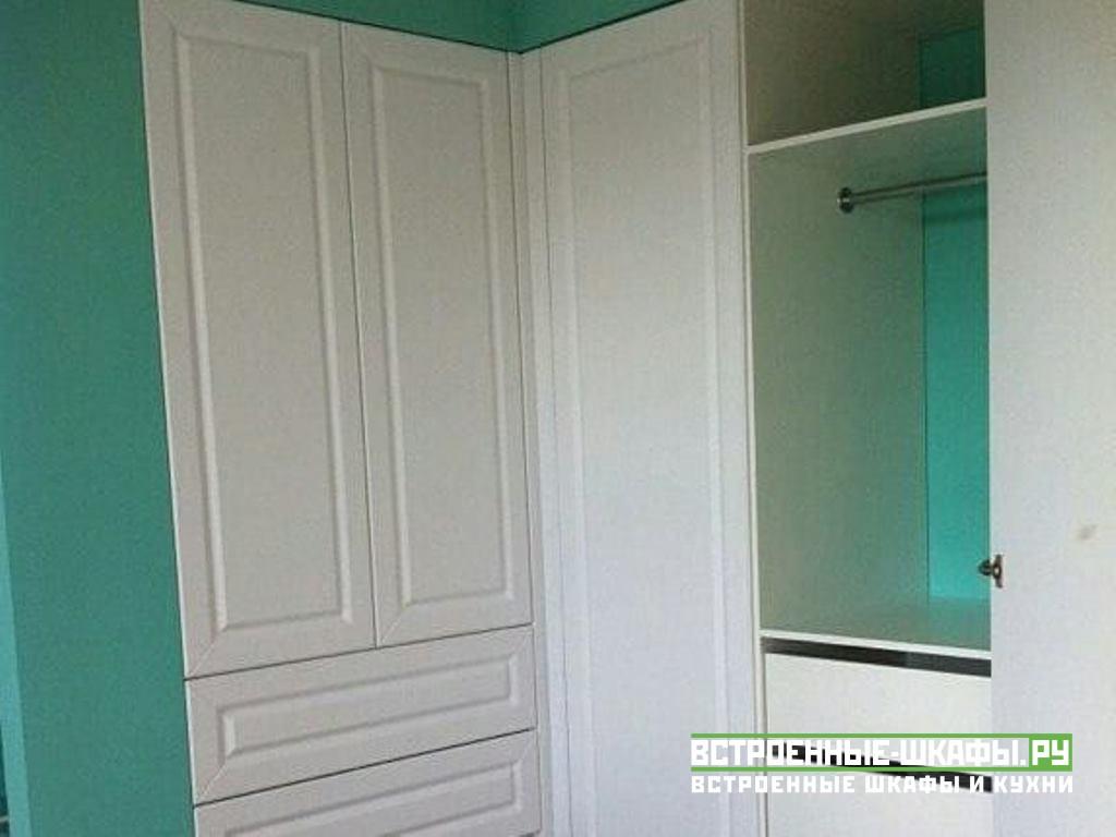 Встроенный угловой шкаф с распашными дверями