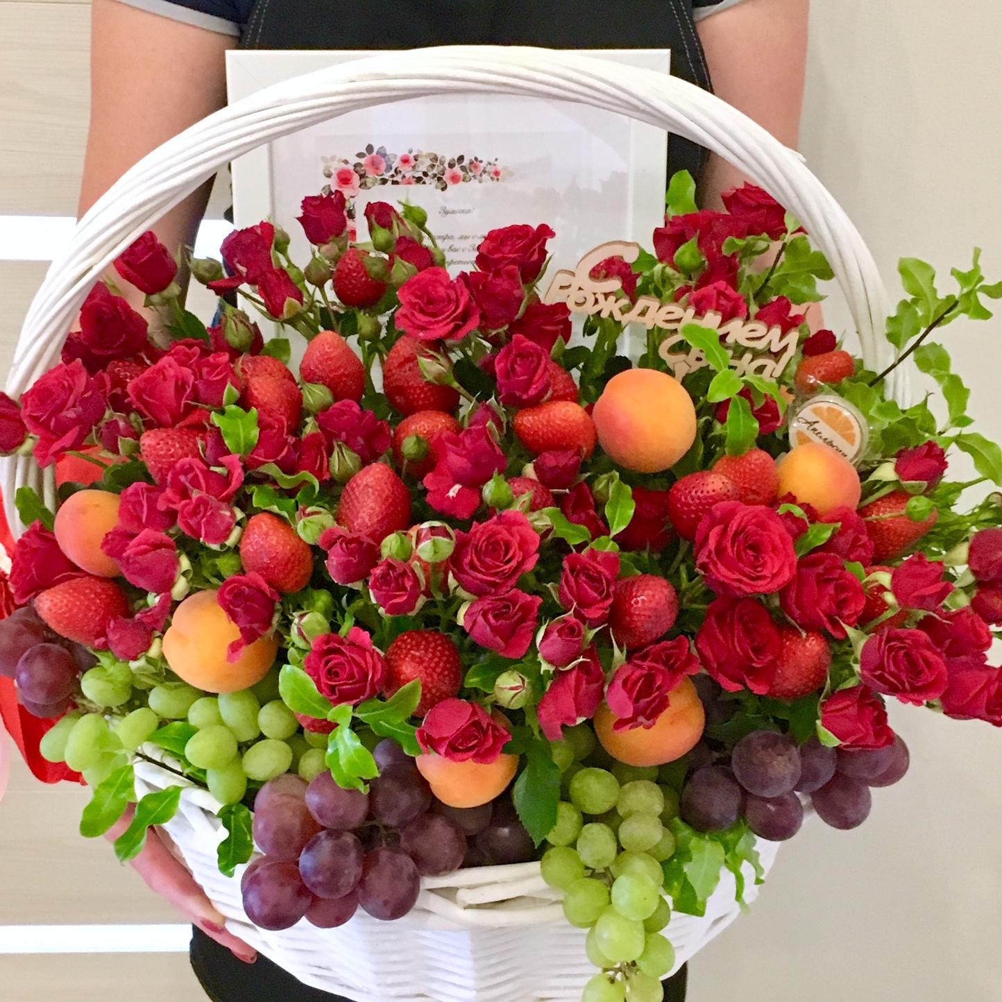 жена, корзина с ягодами и цветами фото является самым