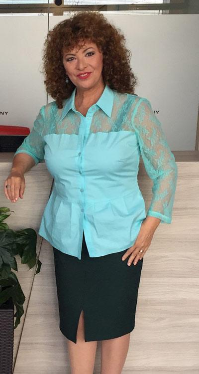 Водещата на Анфас Олга Бузина с дамска риза в цвят мента с акценти от дантела