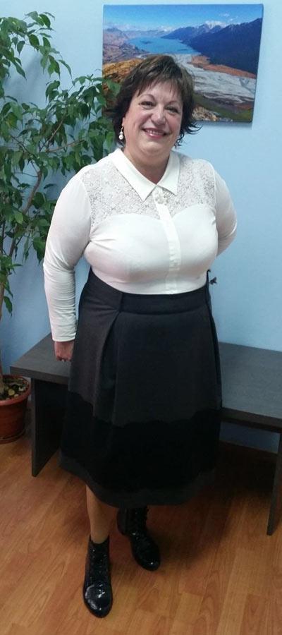Вталена дамска блуза от трико от пениран памук и дантела.