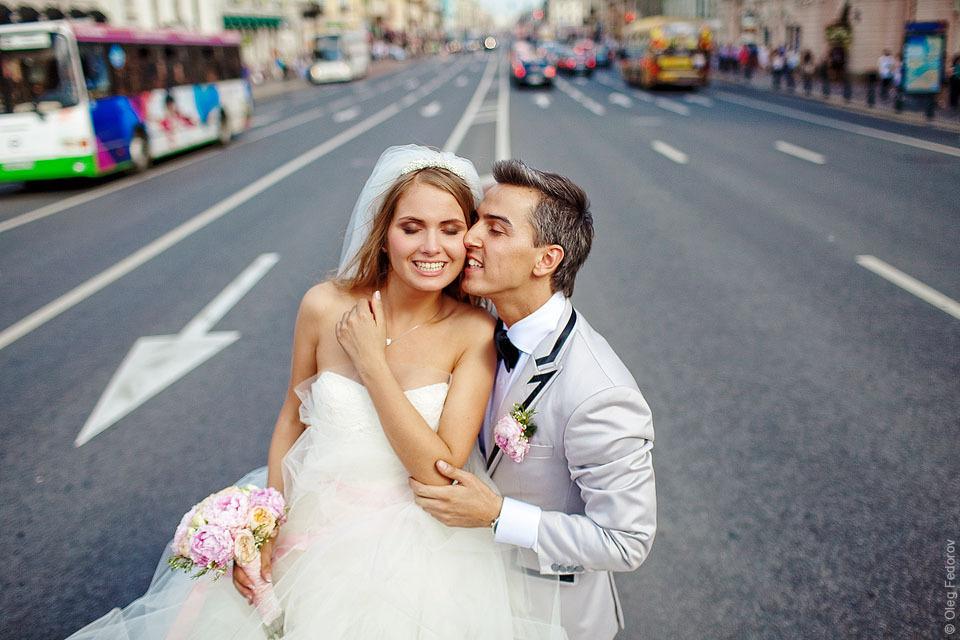 Жених и невеста посреди невского проспекта