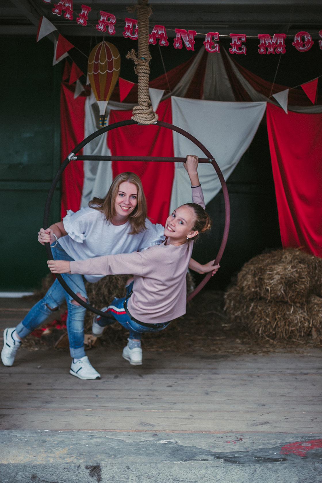 Фото девушек в интерьере цирка