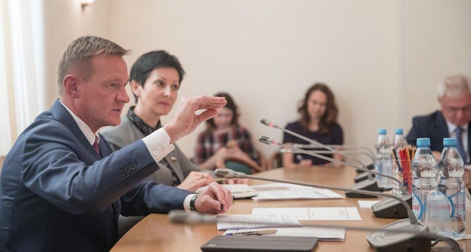 Глава Росавтодора рассказал депутатам «Единой России» о приоритетах выделения федеральных средств регионам на дорожные проекты в 2018 году (фото: Росавтодор)