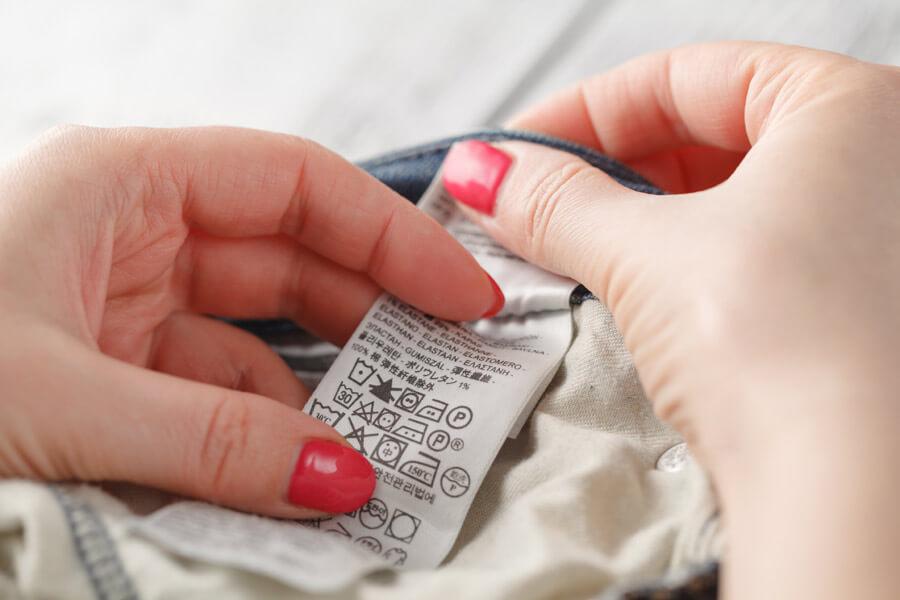 Етикетите на дрехите съдържат ценна информация за температурата на водата при пране, дали е възможно да се използва сушене в сушилня и центрофуга и как да се глади дрехата.