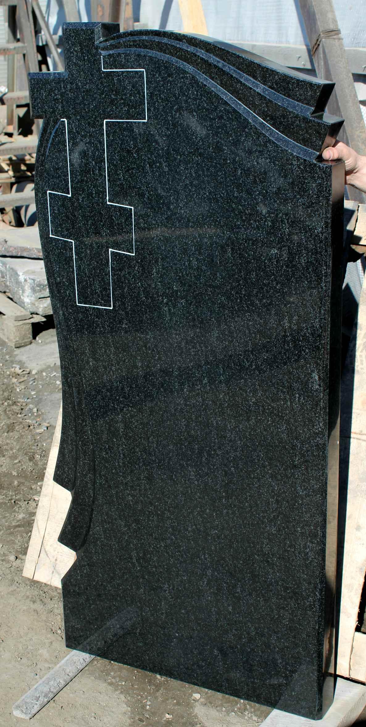 Фигурный памятник с крестом и мантией