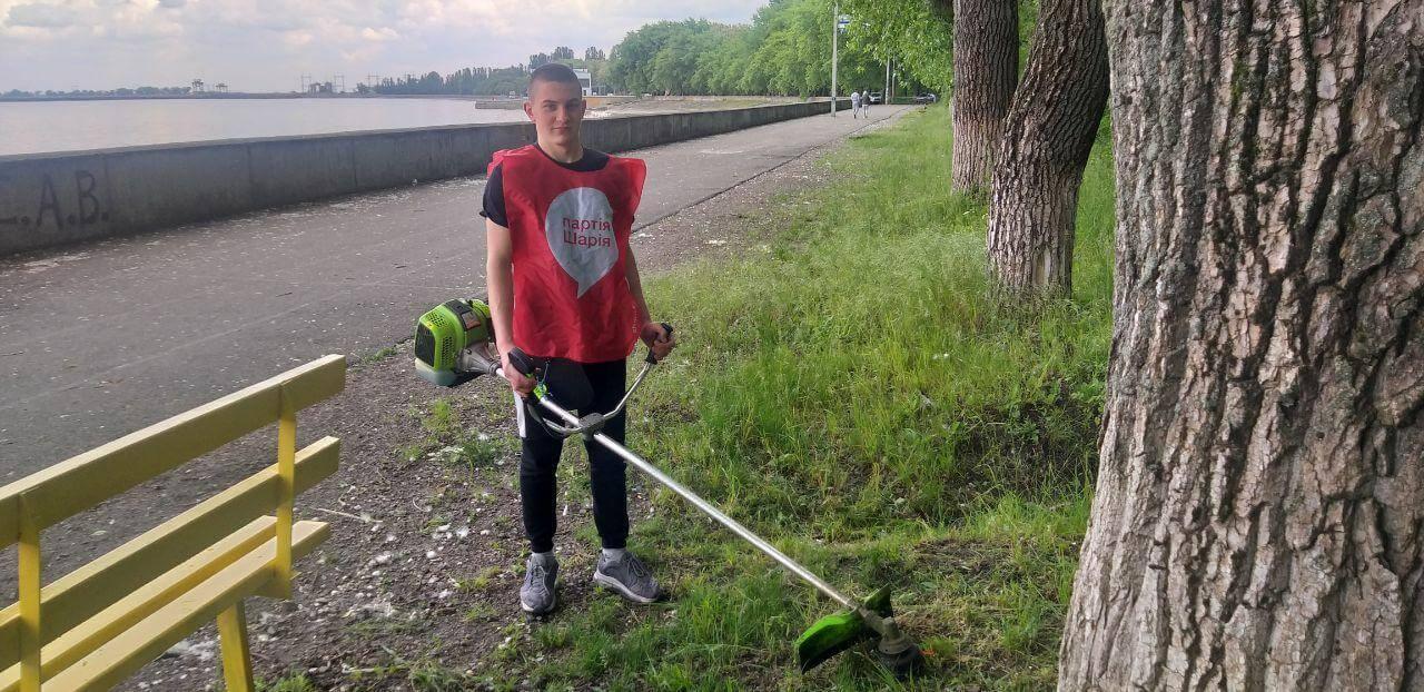 Активисты Партии Шария стригут траву - фото