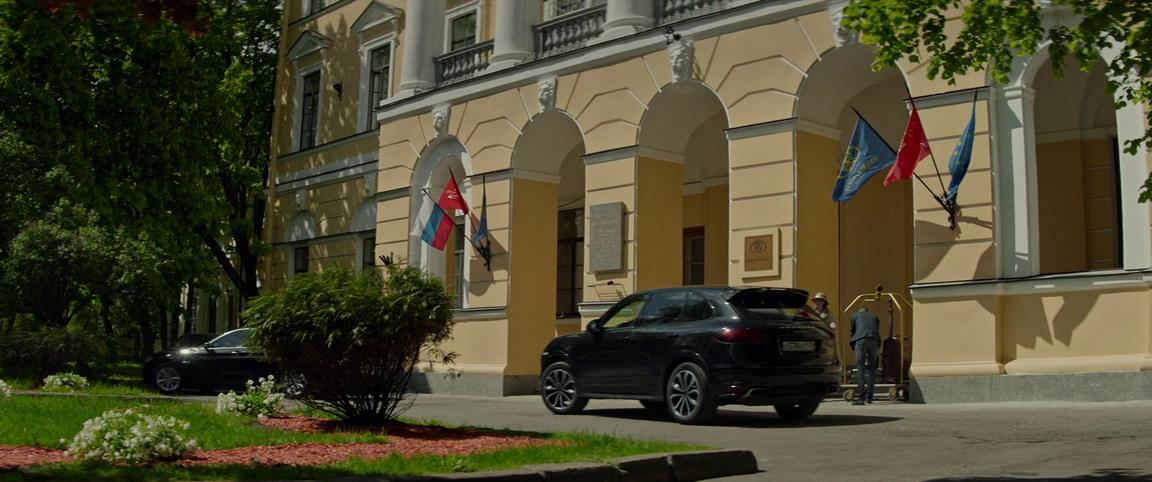 Прибыв в Петербург, герой Киану Ривза заселяется в отель. В роли отеля – здание СПбГЭУ на Садовой, 21.