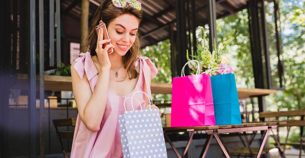Вижте 20 модни тенденции за пролет лято 2021, свързани с модерните цветове, материи, силуети и принтове. Efrea е български производител на дамски дрехи и аксесоари и следи световните модни тенденции.