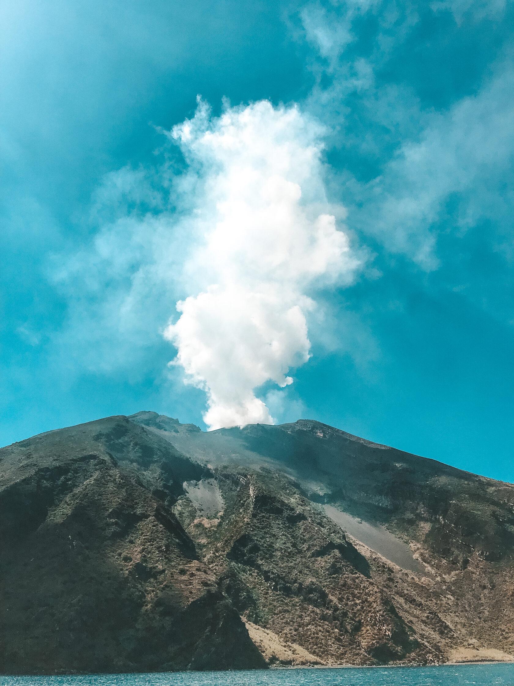Стромболи - действующий вулкан.