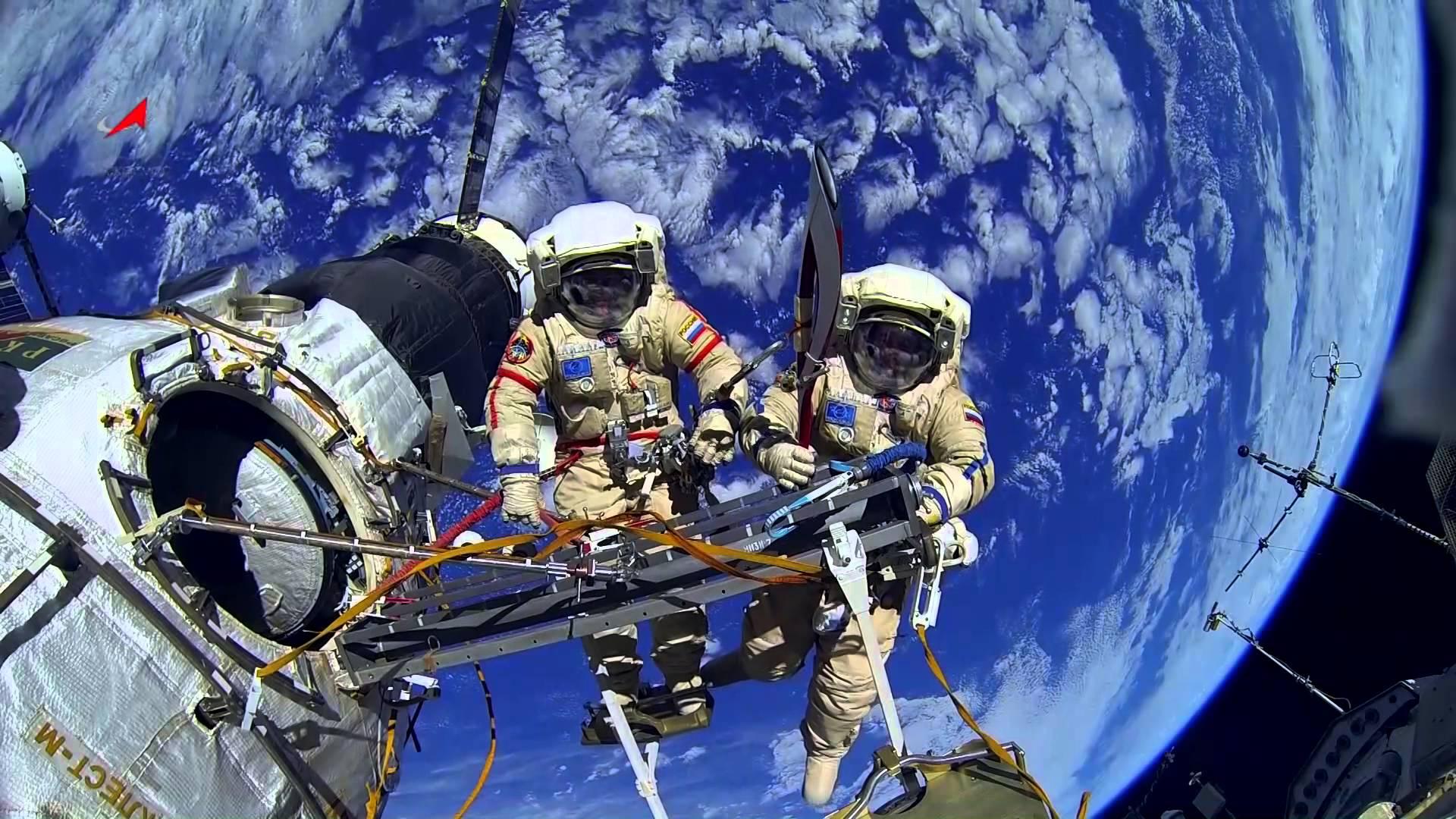 Сергей Рязанский и Олег Котов передают эстафету Олимпийского огня в космосе