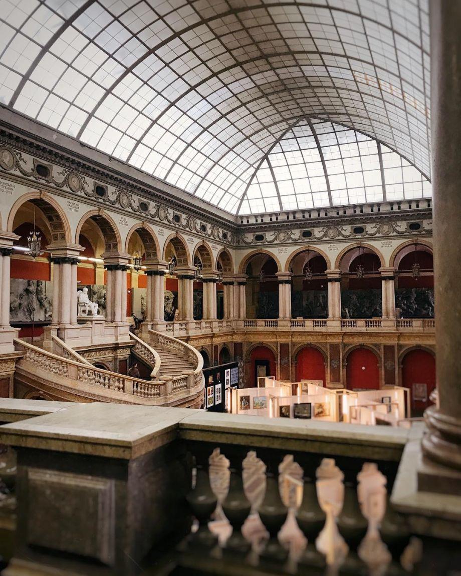 Большой выставочный зал Музея академии барона Штиглица