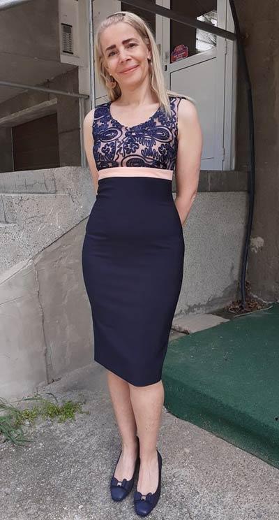 Стилна рокля с луксозна бродирана дантела от Ефреа.