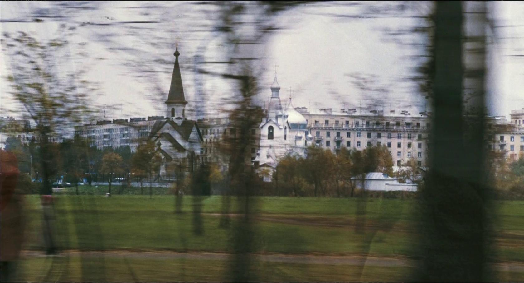 Первое, что мы видим глазами Дольфа Лундгрена после того, как он прибыл в Петербург, – Пулковский парк с частью его храмового комплекса.