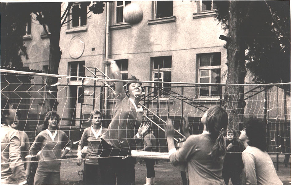 Тренировка по волейболу во дворе школы