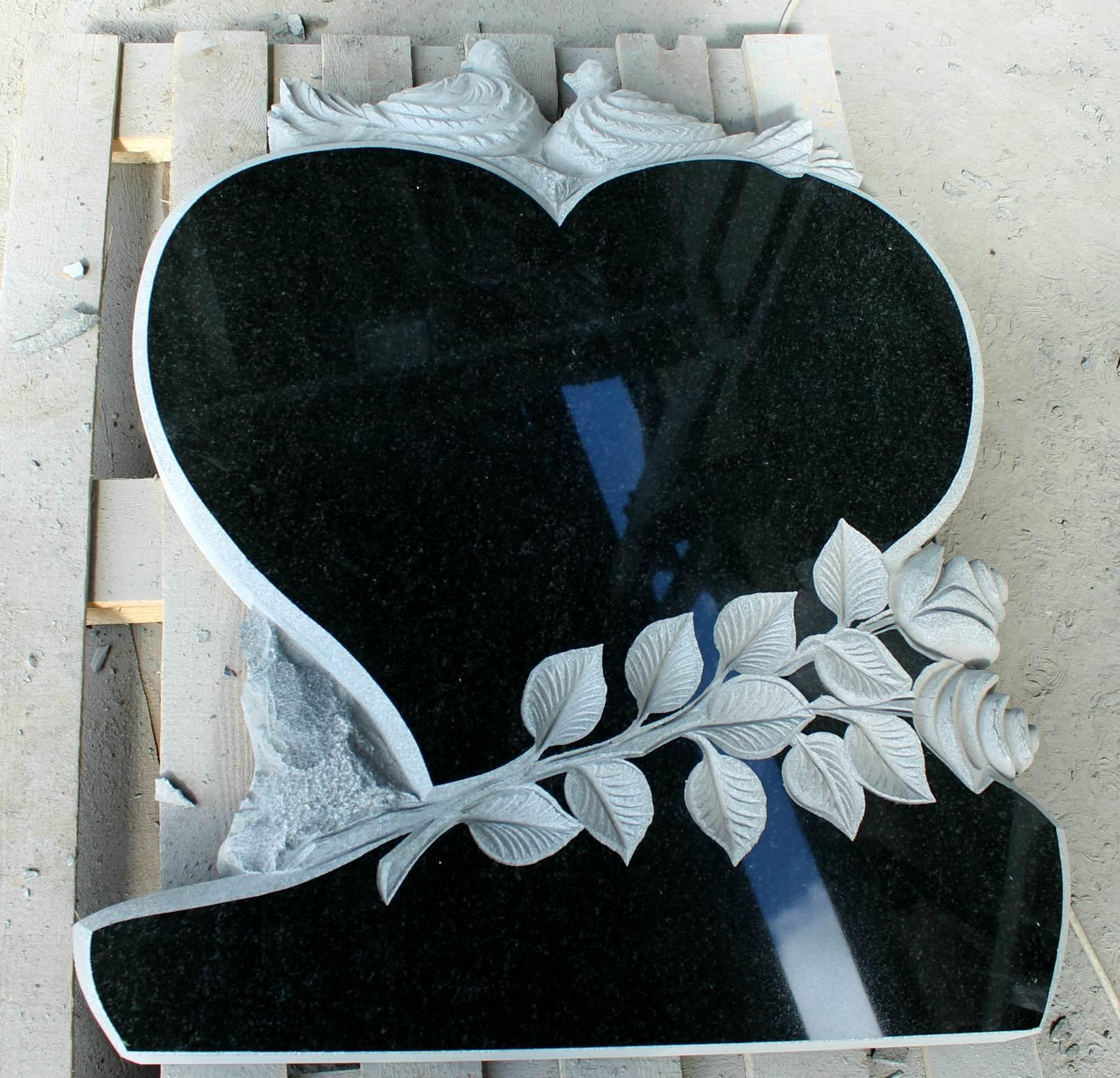 Памятник фигурный в форме сердца с розами и голубями