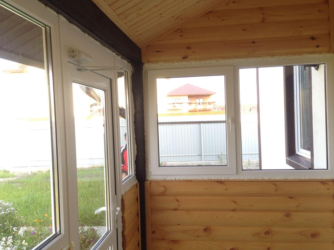 Остекление веранды и входная дверь с доводчиком