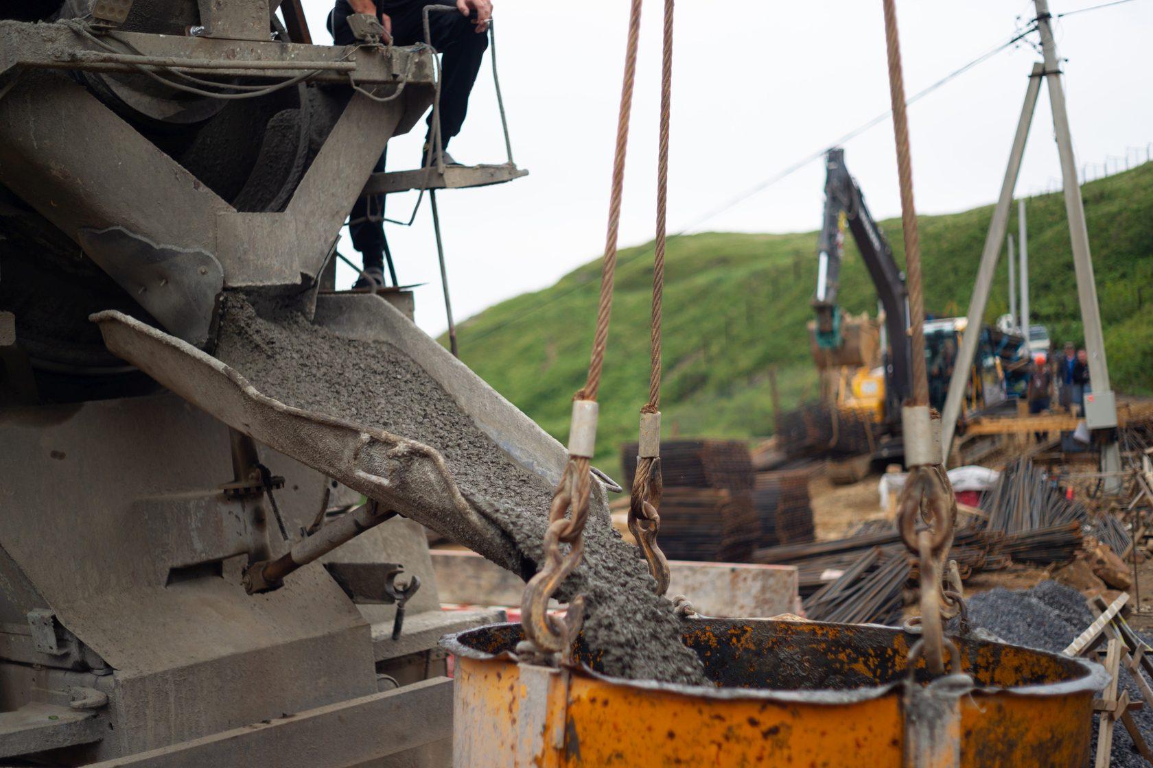 Выгрузка бетонной смеси в бадью