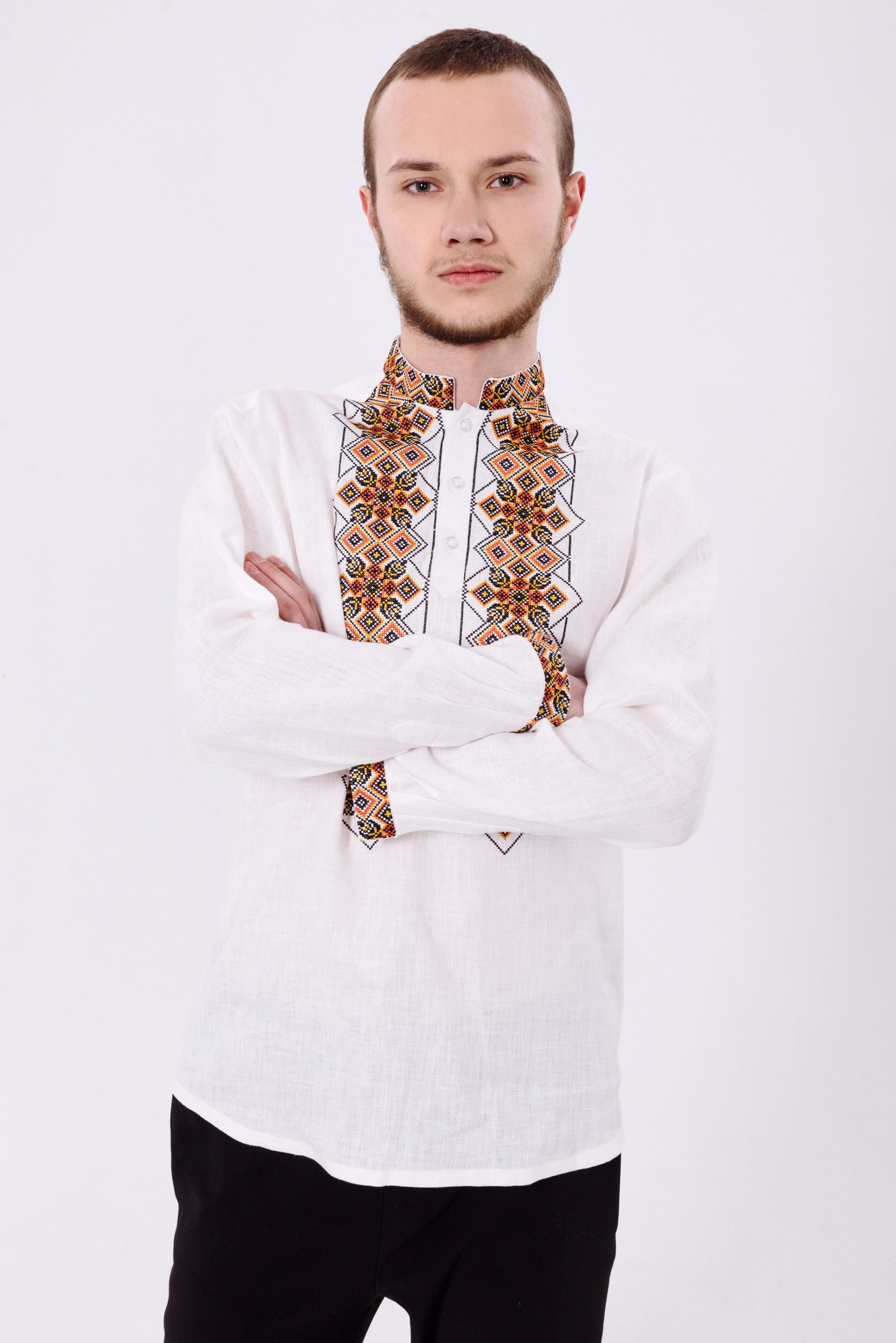 Стильна біла чоловіча вишита сорочка з геометричним орнаментом на довгий  рукав 23e2baaa3ae0d