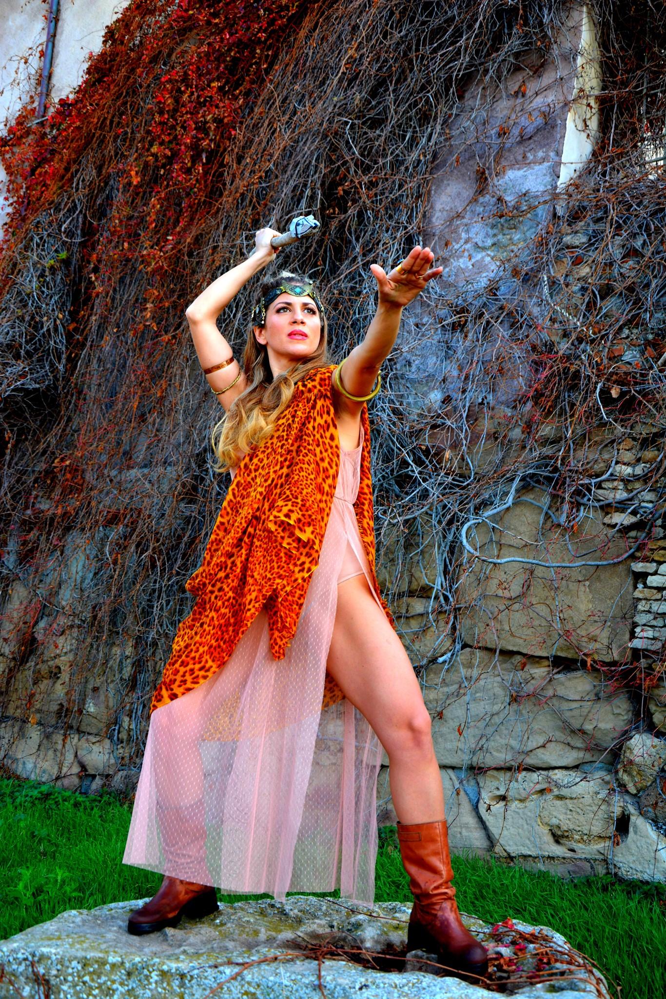 Maya Vassallo Di Florio come donna selvaggia