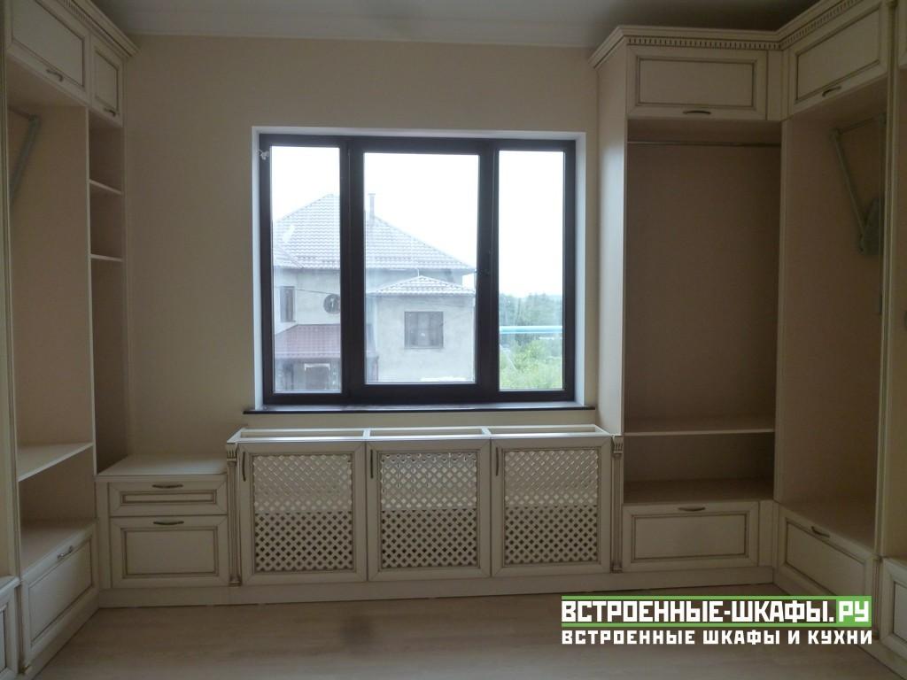 Гардеробная комната с шкафами из массива дерева