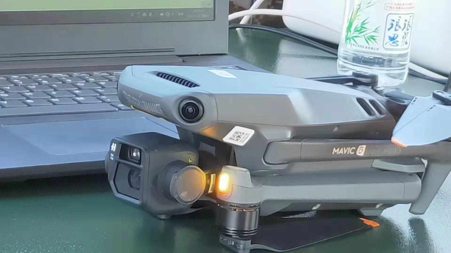 На одном из фото DJI Mavic 3, утекшим с сеть можно увидеть логотип «H», указывающий  на то, что это разработка компании Victor Hasselblad AB