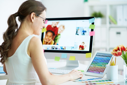 Женщина работает художником в компании