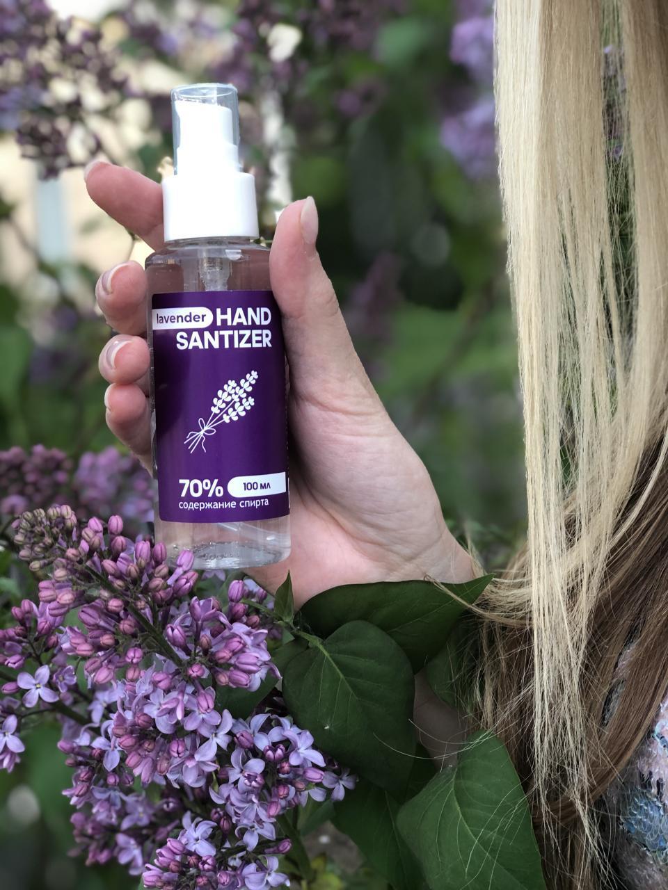Антисептик для рук Hand Sanitizer Extra 100 мл с экстрактом лаванды в руке девушки