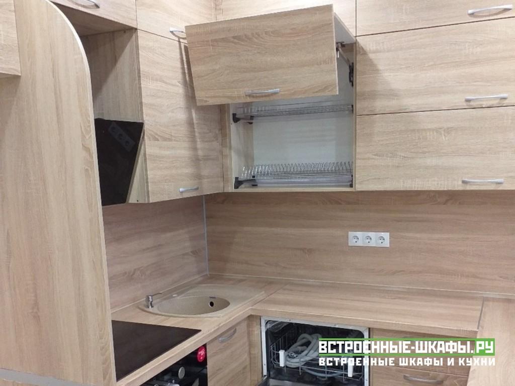 Маленькая кухня из ЛДСП с нишей под холодильник