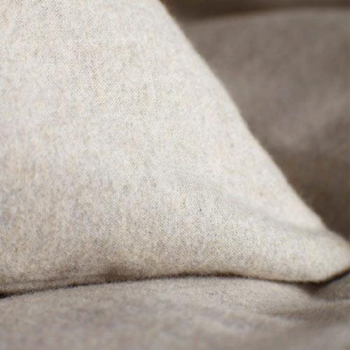 Четканият памук е изключително мек и пухкав и наподобява свойствата на вълната, без да дразни кожата.