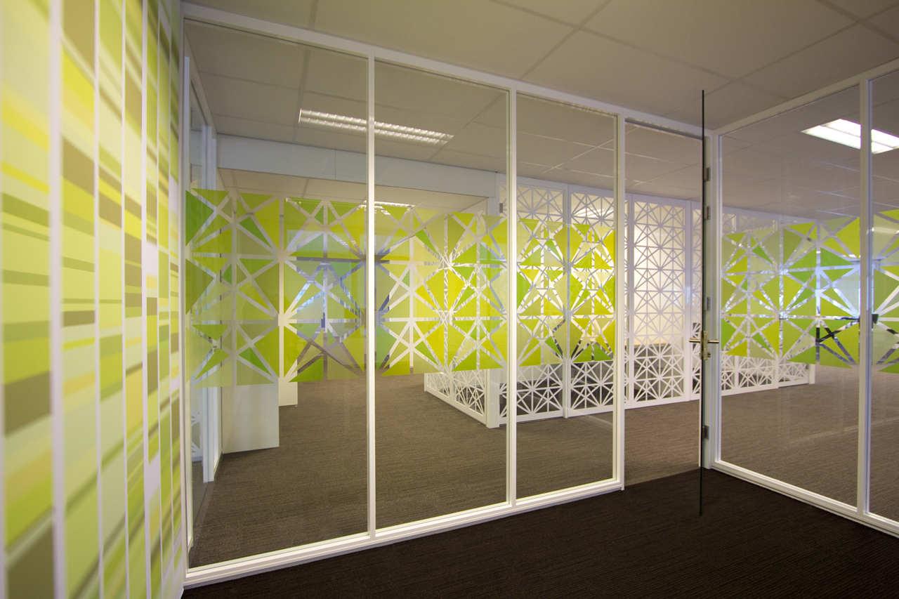 окном картинки из пленки в интерьере цвет логотипе