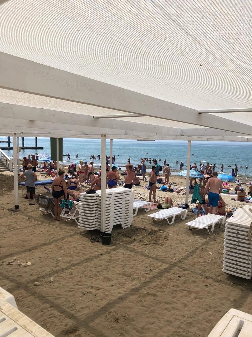 На пляже уже вовсю купаются гости курорта