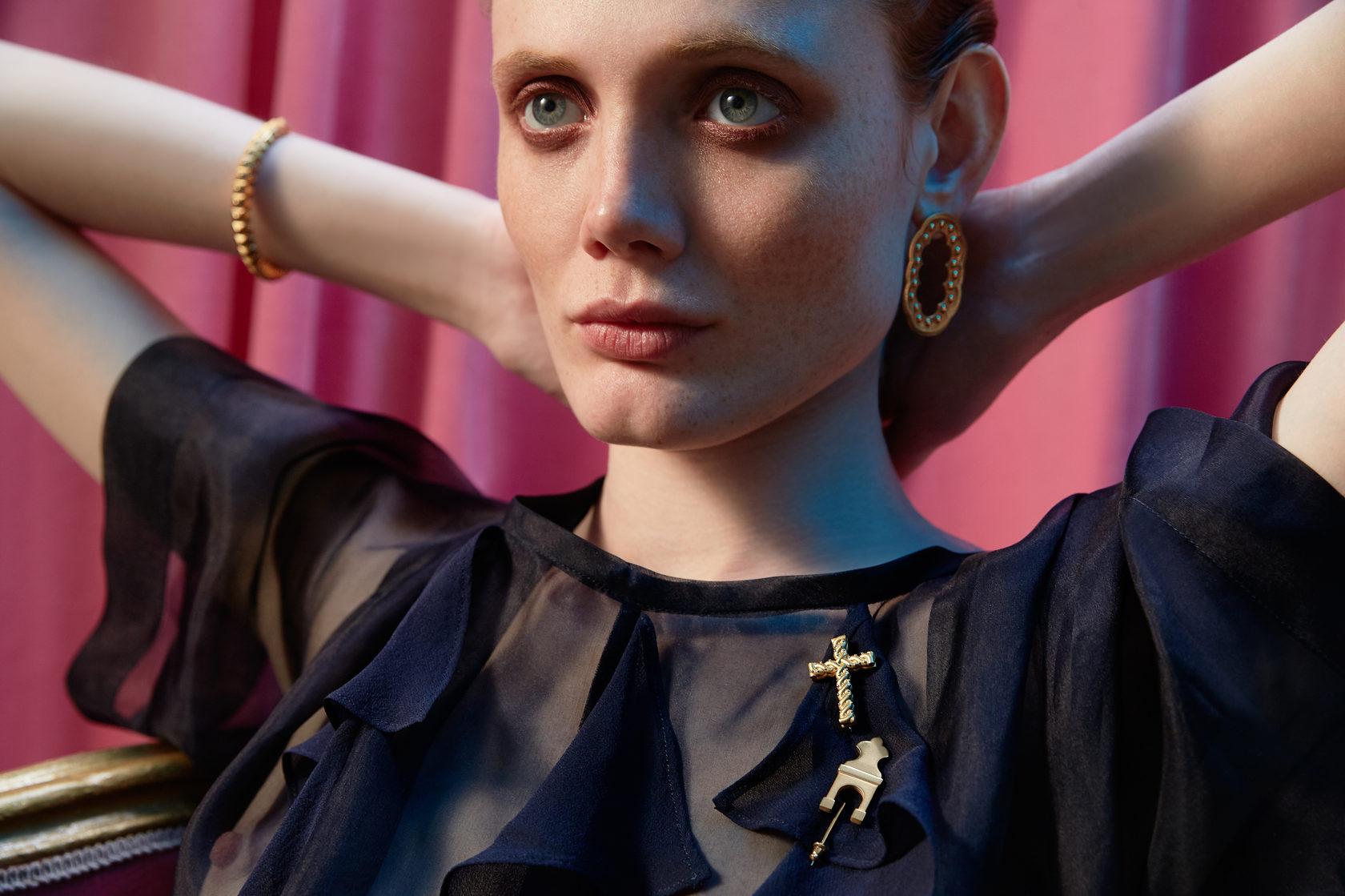 Крупные золотые, серебреные и позолоченные украшения. Брошь, кольца, браслет, серьги. Впечатление, эгоизм, индивидуальность.