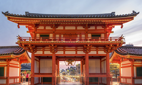Красные ворота храма Ясака в древнем Киото