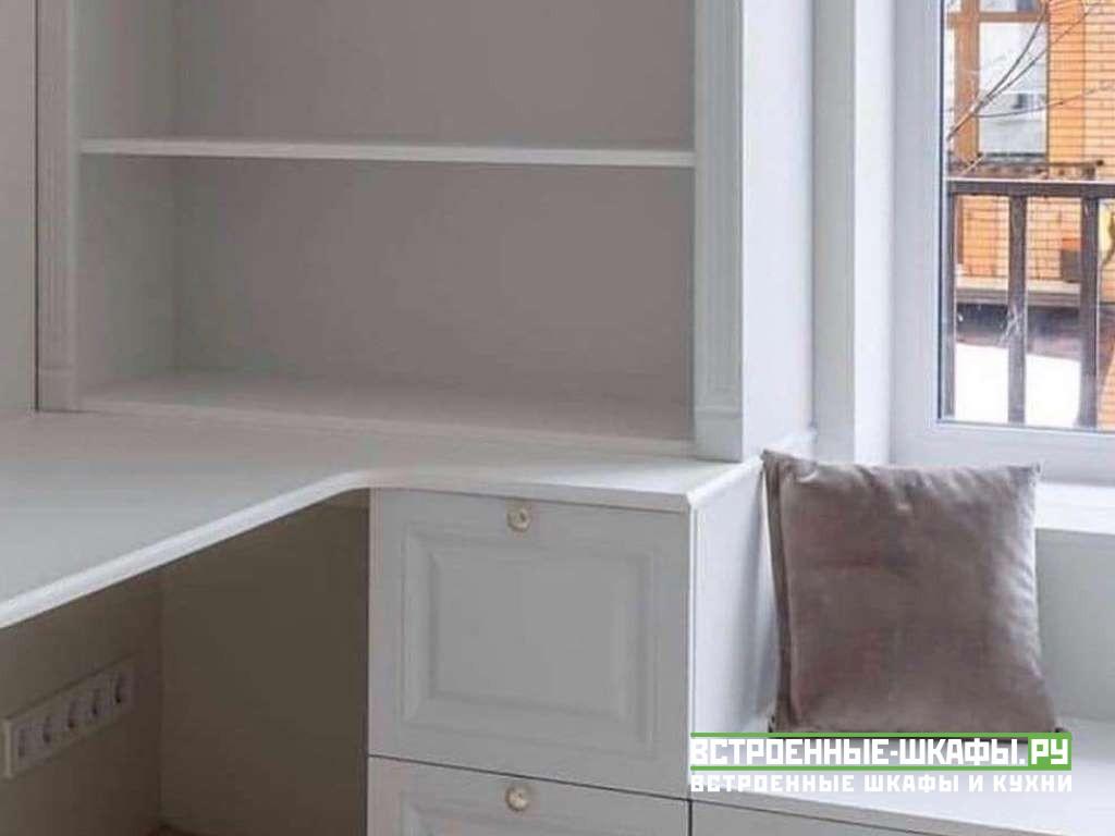 Встроенный мебельный гарнитур вокруг окна на заказ