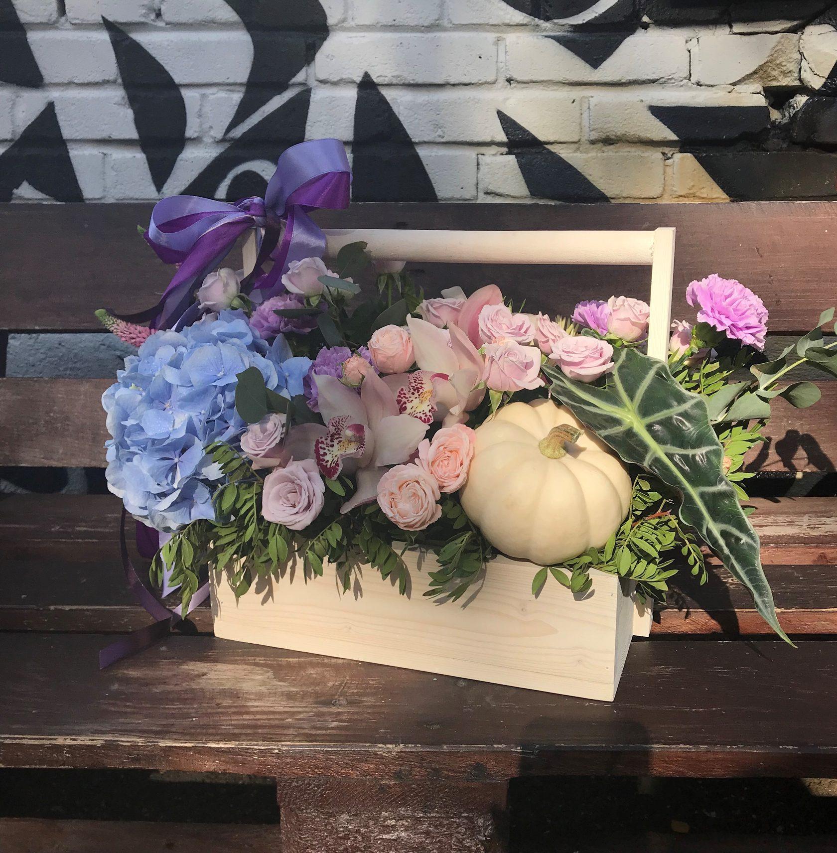 Композиция из живых цветов с декоративной тыквой в деревянном ящике