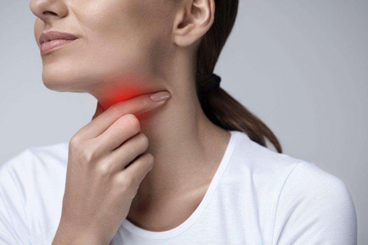 болит горло при коронавирусе