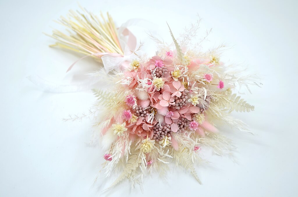 фото букета из сухоцветов в розовых тонах