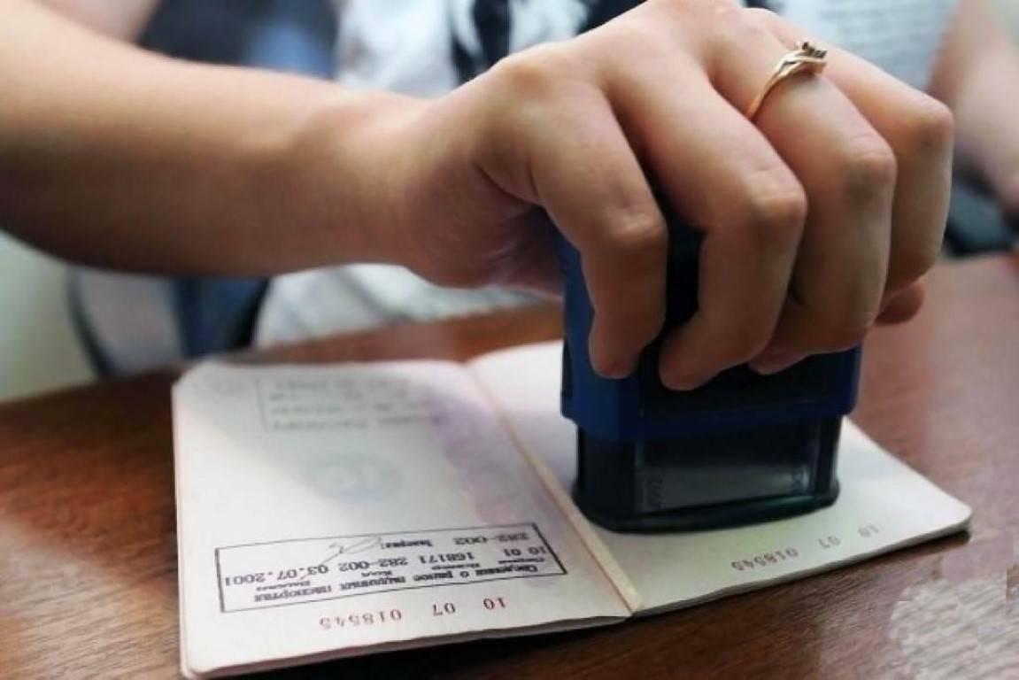 Как снять с регистрации (выписать) прописанного в квартире родственника