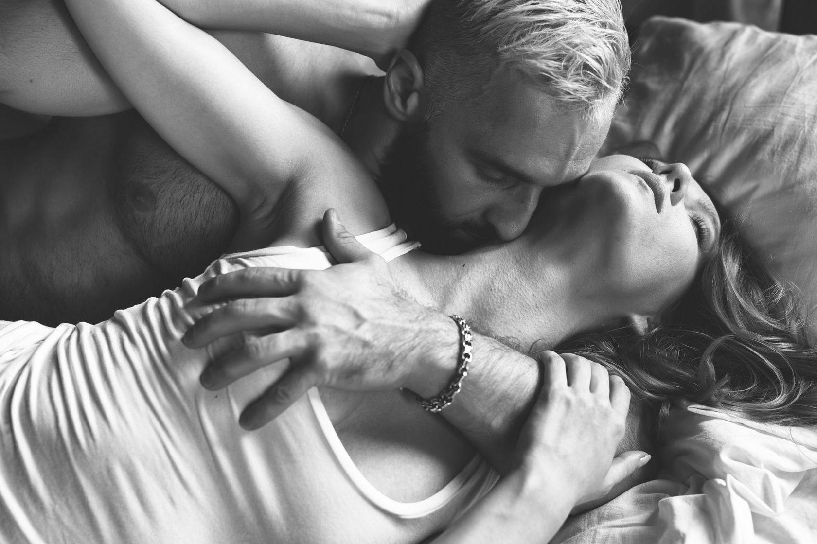 Смотреть фото как нужно хорошо ласкать женскую грудь, русская порнуха про лесбиянок трахаются со страпоном