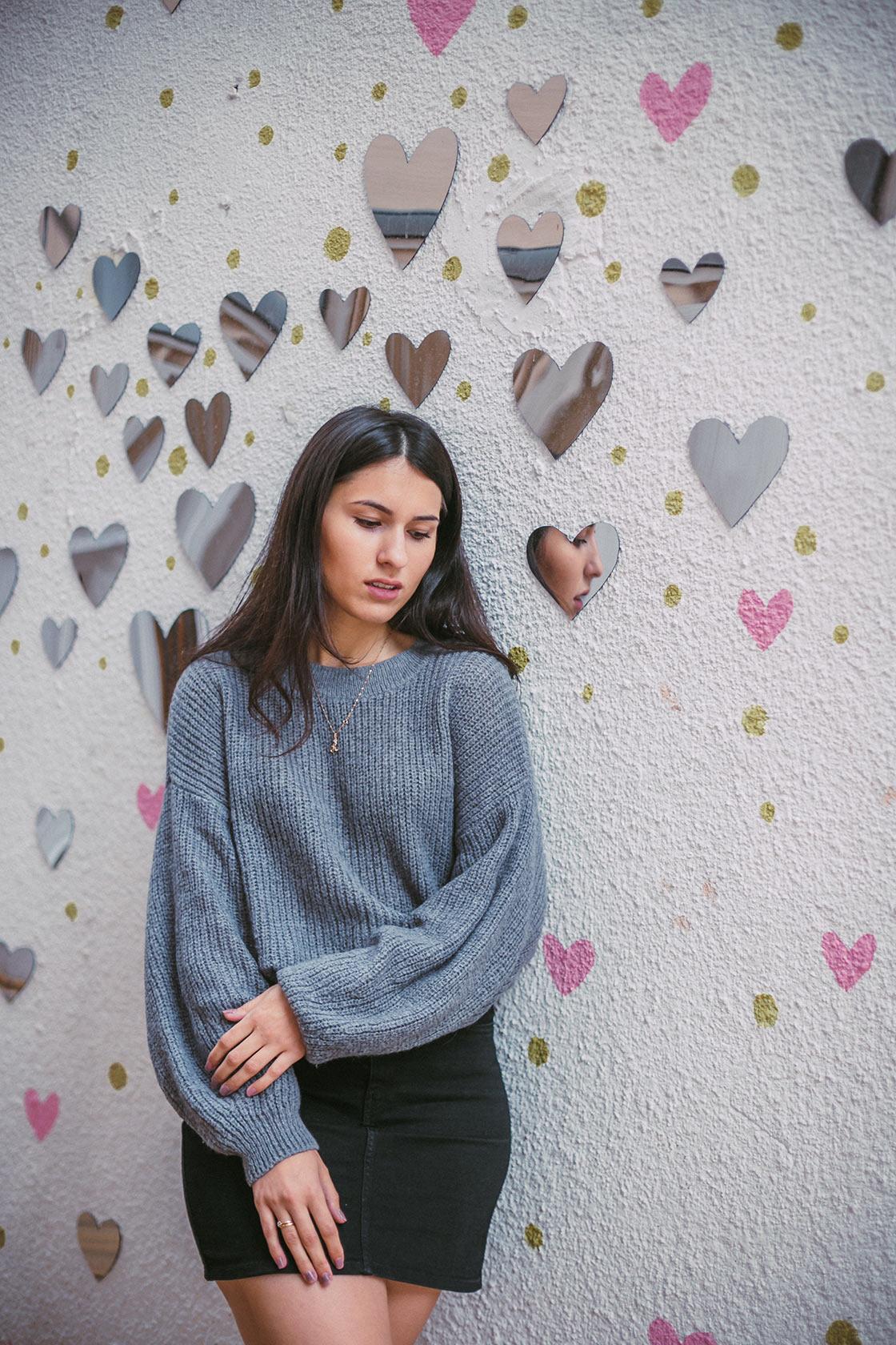 Девушка на фоне зеркал в форме сердец