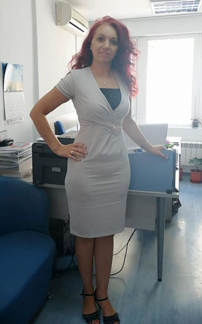 Вталена рокля в един от най-модерните цветове на 2021 и 2022 според Пантон.