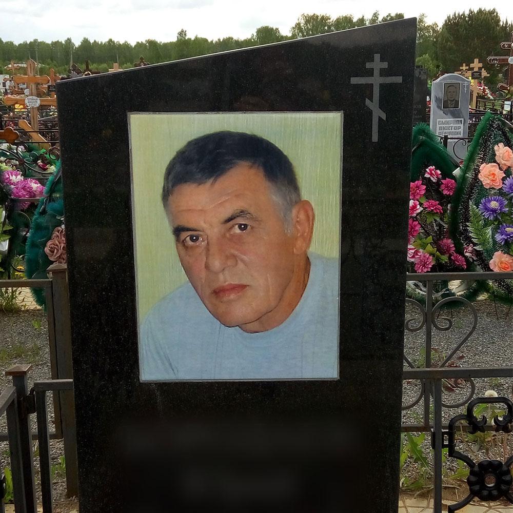 Приклейка фото к памятнику принимал участие