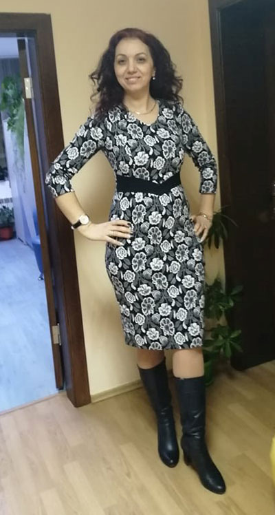 Стилни рокли на цветя в черно и бяло, подходящи за офиса и ежедневието,