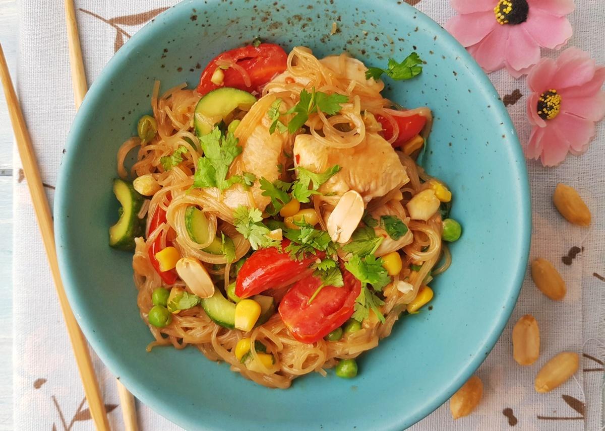 Салат фунчоза (стеклянная лапша) с курицей, овощами и азиатским соусом. Фото рецепт.
