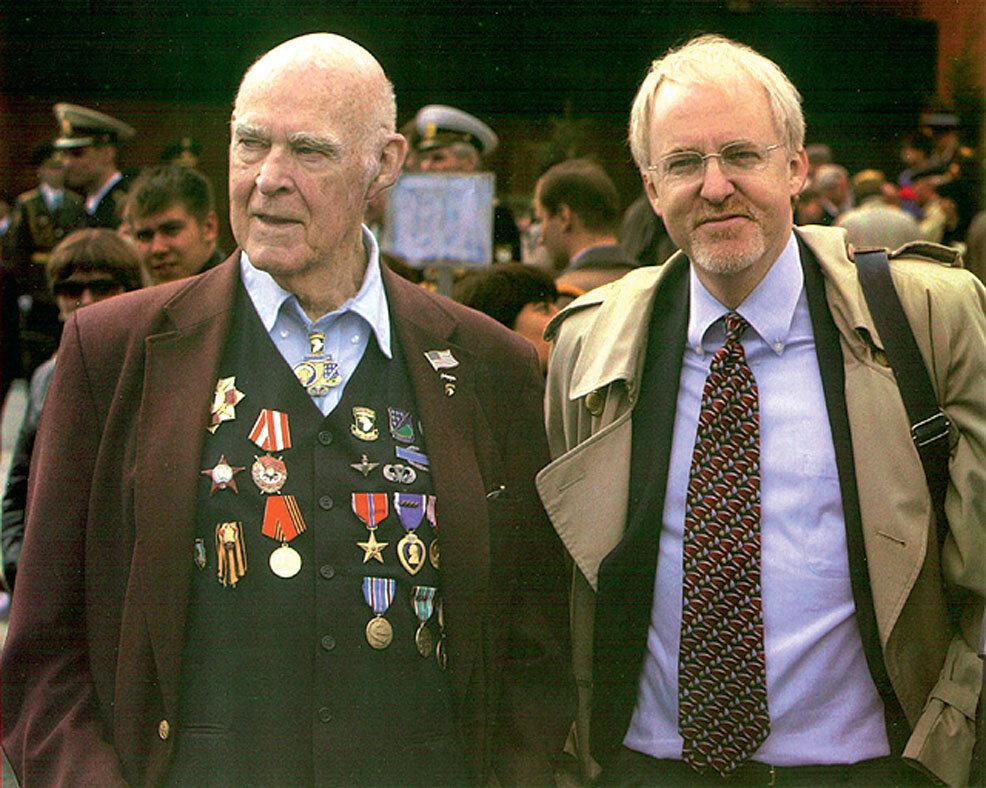 Джозеф Байерли с сыном Джоном в Москве на Параде Победы (2004)
