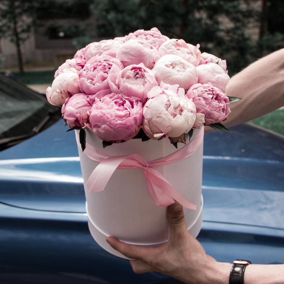Доставка цветов пионы в коробке, розами уход ними