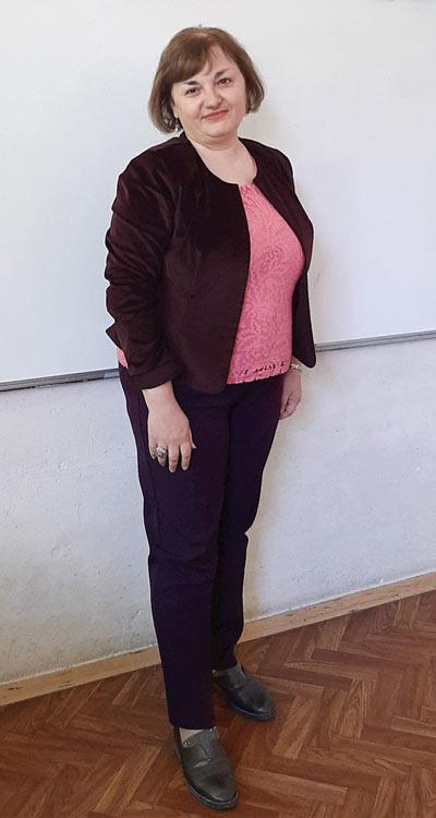 Розова дантелена блуза, сако и панталон в големи размери за едри жени